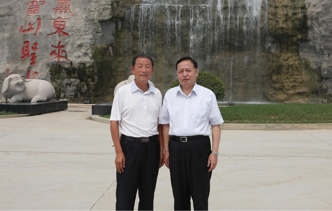 In May 2010, the Hubei Party secretary Mr.Luo Qingquan took a picture with Dongsheng chairman.